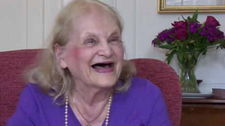 Britânica de 90 anos diz que aposentaria a levou a estudar