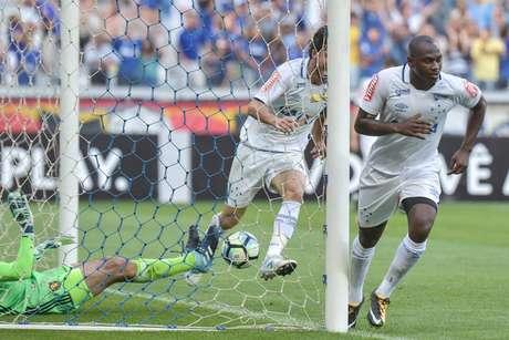 Sassá, do Cruzeiro, comemora o primeiro gol da partida contra o Sport no estádio do Mineirão