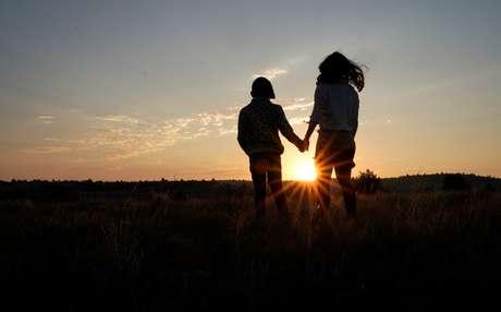 Lauren Coria-Avila e sua filha Sielh Avila observam o nascer do sol, enquanto esperam pelo eclipse solar em Guernsey, Wyoming, nos Estados Unidos 21/08/2017 REUTERS/Rick Wilking