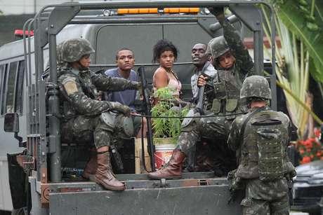 Cerca de 20 pessoas presas durante operação das Forças Armadas e polícias em sete comunidades da Zona Norte do Rio de Janeiro (RJ), chegam à Cidade da Polícia, na manhã desta segunda-feira (21).