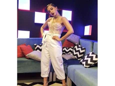 Com biquíni de fita isolante, Anitta grava novo clipe em favela