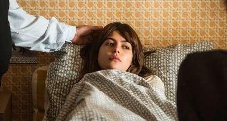 Nanda (Julia Dalavia) acamada após sentir os primeiros sintomas do HIV: personagem com valioso papel social