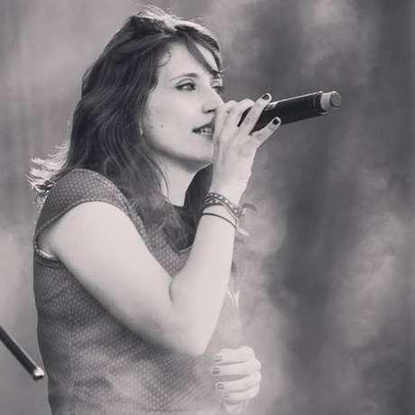 Mari Moga é vocalista da Valentine