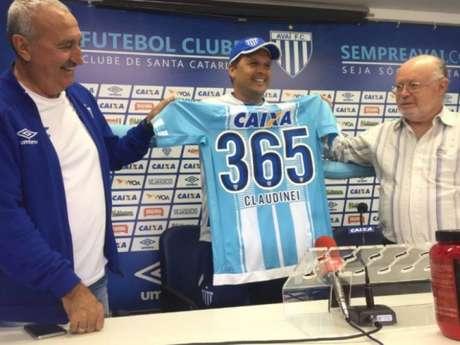 Claudinei Oliveira foi presenteado pelos dirigentes do Avaí com uma camisa com o número 365 estampado (Foto: Divulgação / AFC)