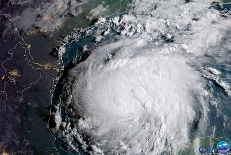 Furacão Harvey é visto na costa do Golfo do Texas, em imagem de satélite 24/08/2017 NOAA/Handout via Reuters