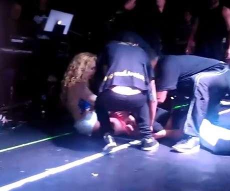 Fã invade show, derruba Joelma e cantora retribui com abraço