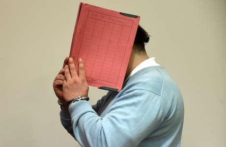 Ex-enfermeiro alemão esconde o rosto enquanto chega a um tribunal em Oldenburg, na Alemanha 09/12/2014 REUTERS/Fabian Bimmer