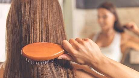 Mulher escovando o cabelo