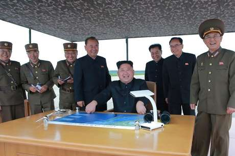 Líder norte-coreano Kim Jong Un inspeciona exercício de lançamento de míssil  39/8/2017  KCNA/via REUTERS