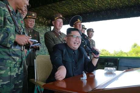 Líder norte-coreano Kim Jong-un durante um dos testes de mísseis realizados por suas forças