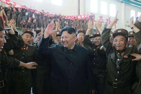 Líder da Coreia do Norte, Kim Jong Un, reage após lançamento de míssil Hwasong-14 KCNA/via REUTERS