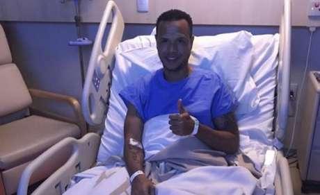 Luis Fabiano postou foto em redes sociais dizendo que estava bem após cirurgia (Foto: Reprodução/Instagram)