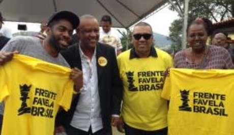O ator Lázaro Ramos e os ativistas Celso Athayde, Preto Zezé e Eliana Custódio no lançamento do partido, no Rio