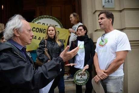 Deputado estadual Carlos Minc, grupo de artistas e ambientalistas protestam na Cinelândia contra o decreto que extinguiu a Reserva Nacional do Cobre e Associados (Renca)