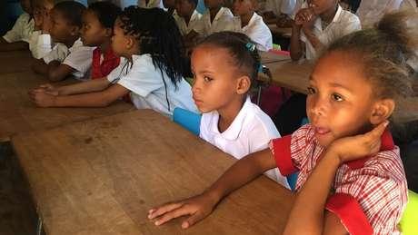 Grupo de crianças em aula de N|uu