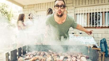 Homem prepara churrasco