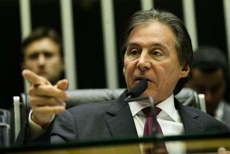 O presidente do Congresso, senador Eunício Oliveira, encerrou a sessão pouco depois das 3h40