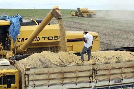 Caminhão recebe carga de soja em uma fazenda em Primavera do Leste, Mato Grosso 07/02/2013 REUTERS/Paulo Whitaker