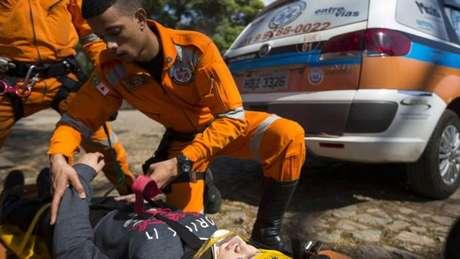 Jefferson Batista em simulação de atendimento a acidente; memória de 'macacão laranja' na estrada se transformou em atuação real