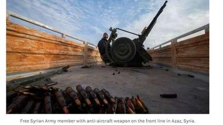 Soldado usa armamento antiaéreo em Marat al-Nouman, na Síria