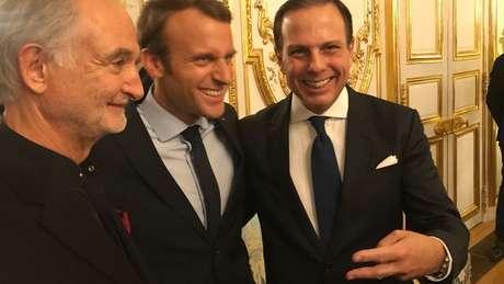 O economista Jaques Attali, o presidente francês Emmanuel Macron e o prefeito João Doria