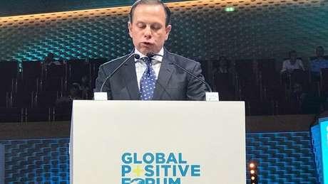João Doria discursa em um púlpito do evento Global Positive Forum