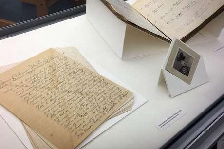 Exposição na Biblioteca Wolbach mostra página de diário de Fleming