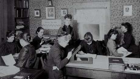 Williamina Fleming aparece no centro da imagem