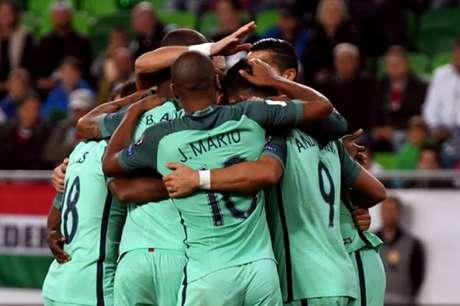 Jogadores comemoram gol de André Silva (Foto: Attila Kisbedenek / AFP)