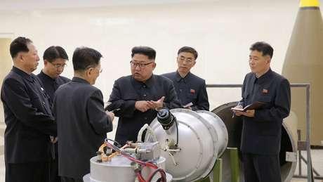 Líder norte-coreano (no centro) aparece perto ao lado da suposta nova bomba do país