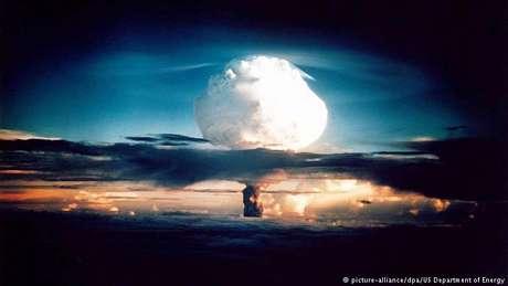 Desenvolvida pelos EUA, a primeira bomba H foi detonada no Oceano Pacífico em 1952 e apagou a ilha Elugelab do mapa