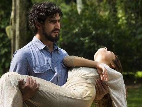 Alice (Sophie Charlotte) se joga na frente de Renato (Renato Góes), leva tiro de Vitor (Daniel de Oliveira) e fica entre a vida e a morte, no final da supersérie 'Os Dias Eram Assim'