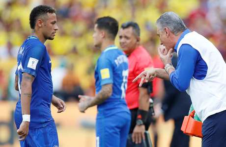 Tite tenta orientar ataque brasileiro durante empate na Colômbia