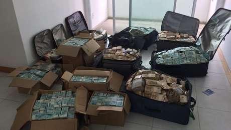 Malas e caixas de dinheiro encontradas em apartamento que estaria sendo utilizado por Geddel