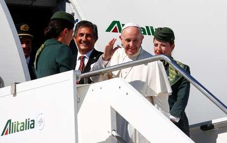Papa Francisco embarca em avião a caminho da Colômbia, em Roma 06/09/2017 REUTERS/Tony Gentile