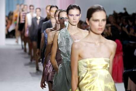 Modelos desfilam criações do estilista Raf Simons, na Fashion Week de Paris, na França 28/09/2012 REUTERS/Benoit Tessier