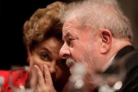 Ex-presidentes Dilma Rousseff e Luiz Inácio Lula da Silva conversam durante congresso do PT em Brasília 05/09/2017 REUTERS/Ueslei Marcelino