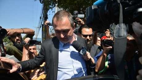 Joesley Batista com o cabelo raspado na saída de um depoimento à Justiça em SP, em agosto