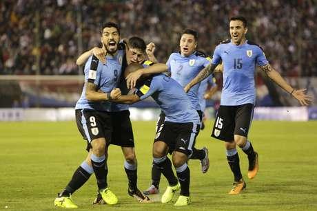 Jogadores do Uruguai comemoram gol marcado na vitória contra o Paraguai