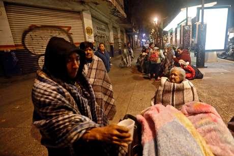 Pessoas se reunem na rua após terremoto atingir Cidade do México, no México