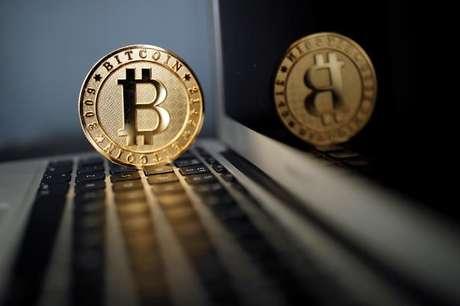 Moeda de Bitcoin sobre computador em ilustração  23/06/2017 REUTERS/Benoit Tessier/Illustration