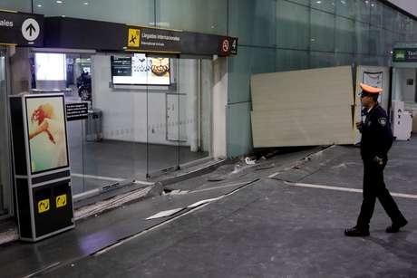 Entrada do aeroporto Benito Juarez, em Cidade do México, depois do terremoto de ontem