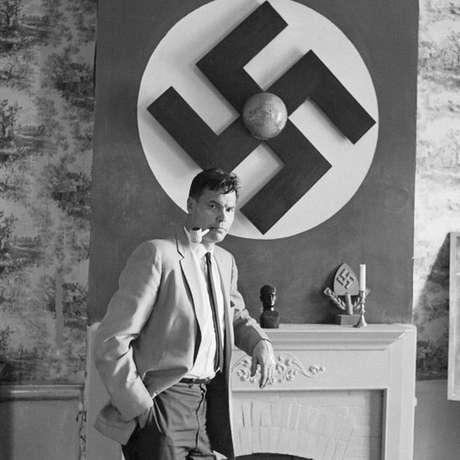 Rockwell com uma bandeira nazista ao fundo