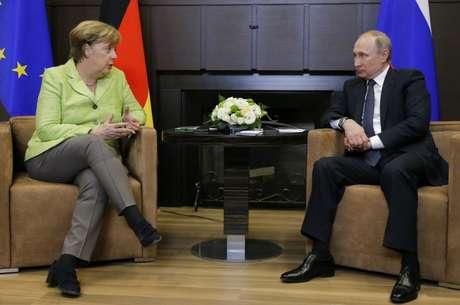 Presidente da Rússia, Vladimir Putin, e chanceler da Alemanha, Angela Merkel, durante reunião em Sóchi, na Rússia 02/05/2017 REUTERS/Alexander Zemlianichenko