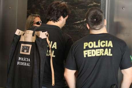 Integrantes da Polícia Federal chegam ao apartamento do ex-procurador Marcelo Miller, no Rio de Janeiro