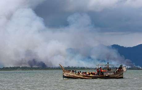 Fumaça é vista do lado de Mianmar da fronteira, à medida que barco com refugiados rohingyas chega em Bangladesh 11/09/2017 REUTERS/Danish Siddiqui
