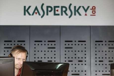 Funcionário trabalha na sede da Kaspersky Lab em Moscou, Rússia 29/06/2013 REUTERS/Sergei Karpukhin
