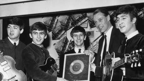 Retrato dos Beatles com o produtor George Martin