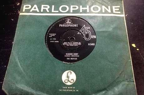 Imagem do disco de vinil contendo a música Eleanor Rigby com uma capa de papel verde