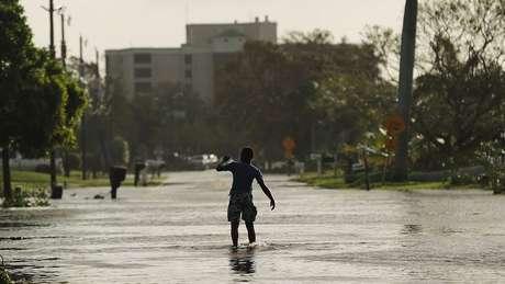 Furacão Irma, o mais forte da década, provocou enchentes na Flórida
